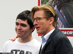 20160403_2 David Wenham posing with fan at the Scandinavian Sci-Fi, Game & Film Convention | Gothenburg, Sweden