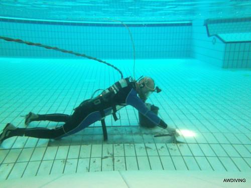 126 losse zwembadtegels verwijderen