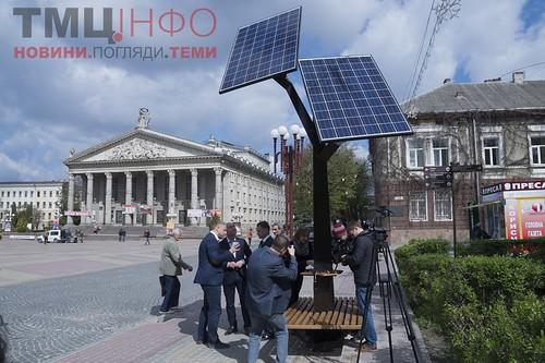 У Тернополі презентували так зване «Сонячне дерево» – конструкцію із сонячними батареями, де можна безкоштовно заряджати мобільні телефони та планшети.