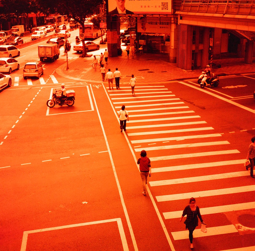 Taipei Street / Lomography Redscale / Minolta AUTOCORD AUTOCORD 這台有點可惜,後來工作有點忙,笨笨重重的這台就很少帶出門了,但是 75mm 的焦段再配上大光圈,其實我有點念念不忘!  Minolta AUTOCORD Lomography Redscale XR 50-200 120mm 4046-0012 2015/11/18 Photo by Toomore