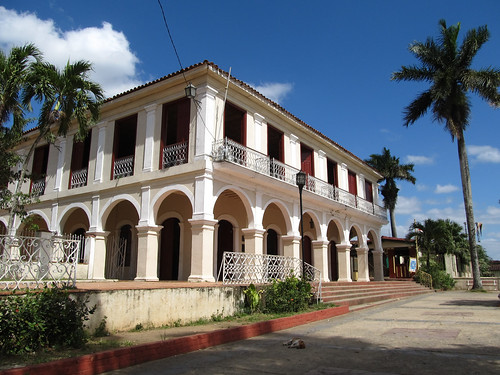 Viñales: la Maison de la Culture sur la place du village