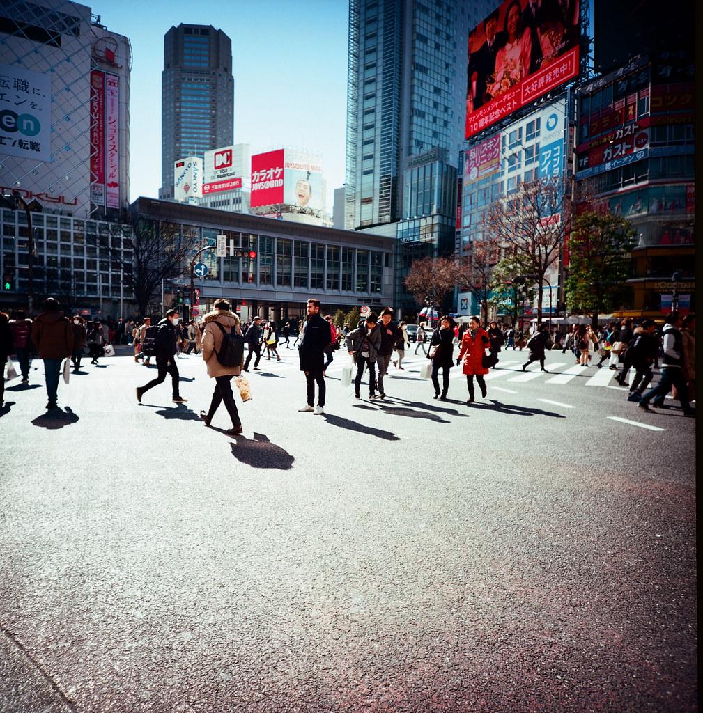 渋谷 Shibuya Tokyo, Japan / Kodak Pro Ektar 100 / Lomo LCA 120 2016/02/07 在除夕那天我離開千葉,進入東京一趟。  接著來到了渋谷,在這個大馬路上把所有的相機都拿出來盡情的按快門。  我好喜歡這裡!  Lomo LC-A 120 Kodak Pro Ektar 100 120 8282-0009 Photo by Toomore