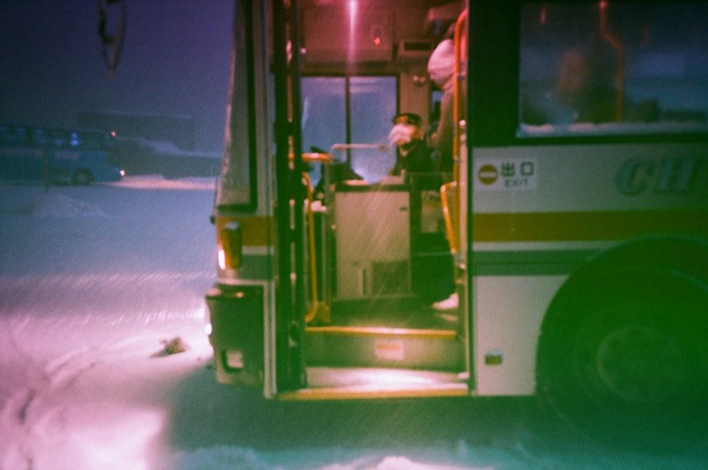 小樽 天狗山 Otaru Japan / Revolog Kolor / Lomo LC-A+ 2016/02/03 一路走上去小樽天狗山,我只記得好冷好冷。  天狗山是一個滑雪場,我看著滑雪道好陡,我好害怕雪突然鬆掉我就滾下去搭纜車上來的地方。  想要拍夜景,但外面真的好冷,我就又躲回去遊客中心等天黑,本來想要喝熱的咖啡牛奶,結果按成冰的!  站在屋頂上拍照,那時候突然雪越下越大,有點不知道自己為什麼又跑來很遠的地方,然後看著遠方大哭!  走回纜車的路上迎面而來的雪好冰,在我臉上一下子就融化了,這時才發現,在這麼冷的地方哭,臉上的眼淚是不會結冰的。  Lomo LC-A+ Revolog Kolor 8270-0035 Photo by Toomore