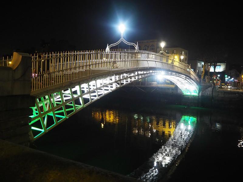 hapennybridgeP4150116, half penny bridge, liffey joki, liffey river, ireland, irlanti, ha'penny bridge, silta, sillanylitys, puoli penniä, lights, valot, ilta, night,