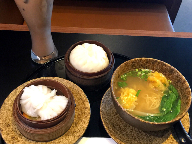 Cathay Pacific Manila Lounge- Iced Mocha, BBQ Pork Bun and Wonton Noodle Soup