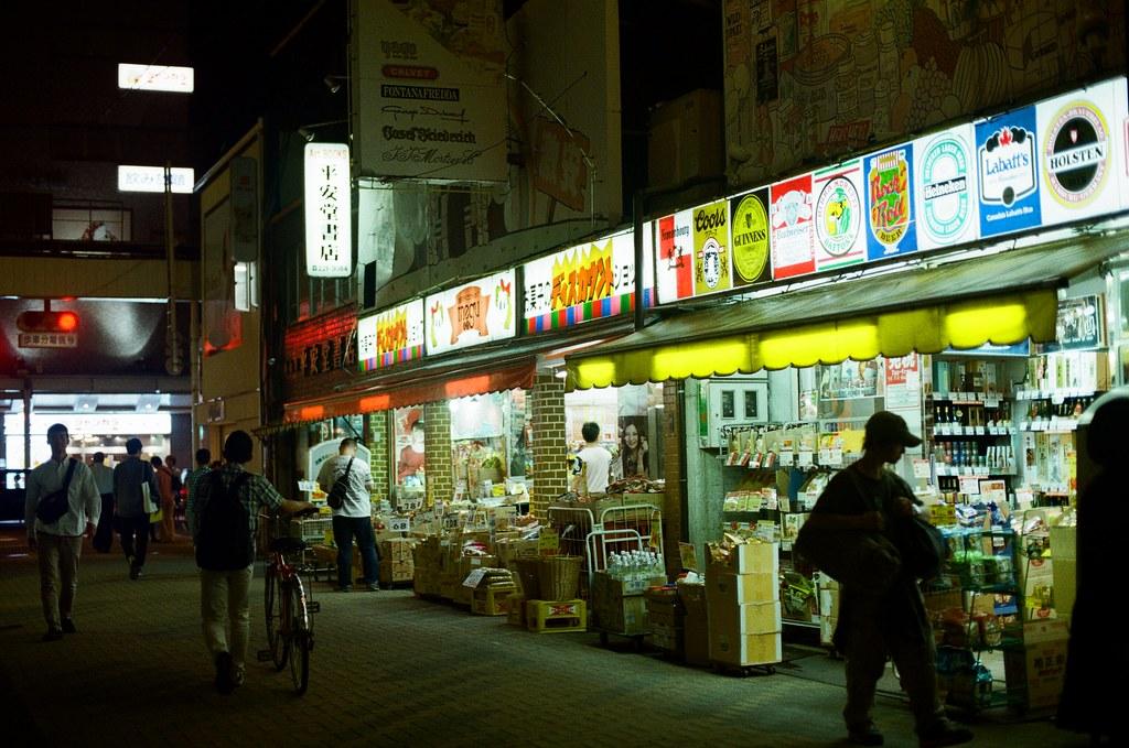 寺町通 京都 Kyoto 2015/09/26 在寺町通隨意逛了一下,那時候準備搭車回到住的地方,有點忘記有沒有又跑去 Book Off 找書,畢竟也過了有點久了,現在。  走到一半路上開始下起小雨,那時候去京都的前幾天都是這樣偶然下起小雨。  走著走著,自己也和雨一起落下,眼淚。  Nikon FM2 Nikon AI Nikkor 50mm f/1.4S Kodak ColorPlus ISO200 0985-0009 Photo by Toomore