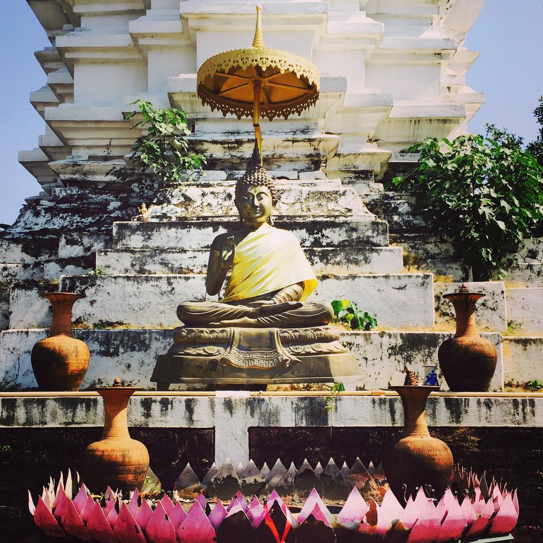 Chiang Mai. The city of countless beautiful wats. This one we found by coincidence behind a parking lot on the main strip of the old town. #thailand #chiangmai #wat #temple #buddhism #travelblog #travelbloggers #cocoaetsimassa