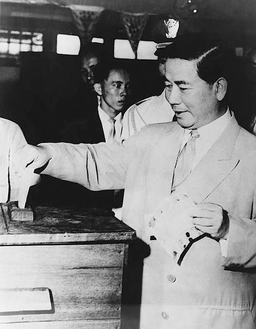 TT Diệm bỏ phiếu trong cuộc trưng cầu dân ý ngày 23-10-1955