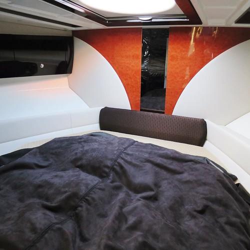 ゆったり眠れるベッドとか、テレビとか、バーカウンターとか。トイレは普通にウォシュレット付きだし。住めるね、ここで。