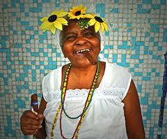 Señora con flores y puro (La Habana, Cuba)