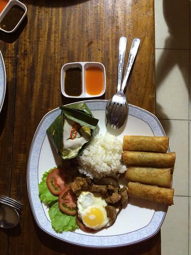 Battambang: l'assiette préparée par Mister J (un fish amok, un beef lok lak et des rouleaux de printemps)
