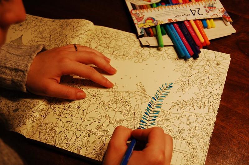 Mit Malbüchern für Erwachsene zur Tiefenentspannung & eigenen Kunst-Galerie