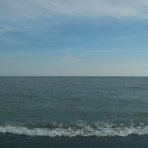 Point of convergence #toronto #kewgardens #thebeach #kewbeach #lakeontario #horizon #waves #surf #sky