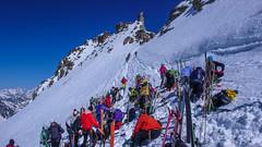 Ski depot pod Gran Paradiso. Na szczyt kolejka do wejścia.