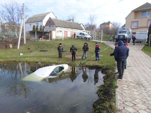 У Бармаках  авто скотилось у водойму