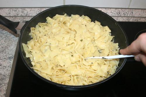 24 - Nudeln mit Sauce vermischen / Mix noodles with sauce