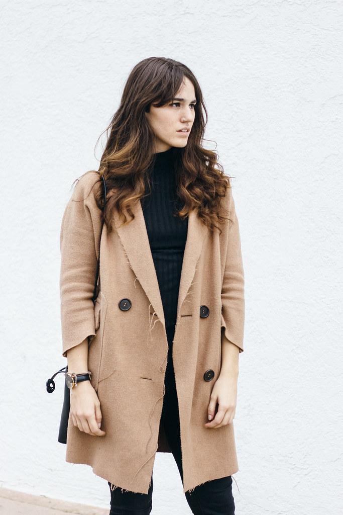 Minimal camel coat look