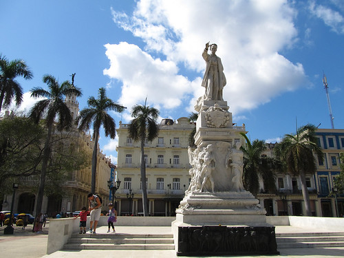 La Havane: El Parque Central, la statue de Joseph Marti  et l'hôtel Inglaterra