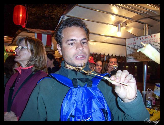 Qué sabe escorpión mercado pekinés - Comiendo brocheta de escorpiones