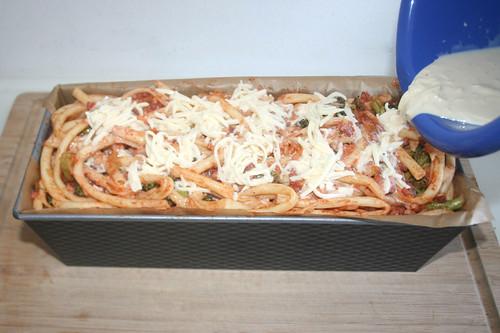 36 - Verbliebene Makkaroni einfüllen & Rest Guss darüber gießen / Add remaining macaroni & add remaining cream mix