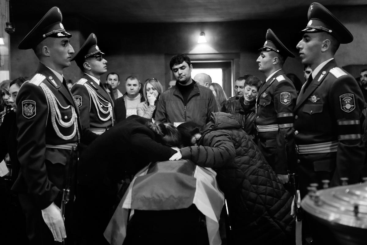 Ղարաբաղա-ադրբեջանական հակամարտ զորքերի շփման գծում մարտական գործողությունների ժամանակ զոհված կապիտան Արմենակ Ուրֆանյանի հոգեհանգիստը Սբ Հովհաննես եկեղեցում, 05.04.2016<br> (©PAN Photo / Hrant Khachatryan)