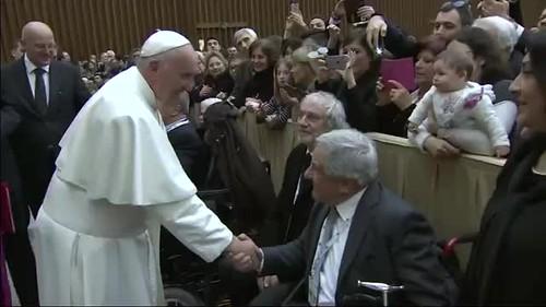 Le Pape François reçoit le catalogue de l'exposition des mains d'Ada
