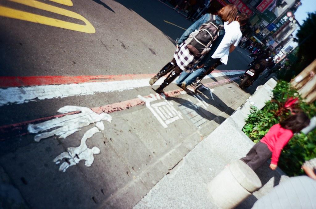 """金華街 Taipei, Taiwan / Kodak Pro Ektar / Lomo LC-A+ 如果把目標轉移,我是不是會過的比較好一點。  如果讓自己再忙一點,是不是會比較快忘記一些事情呢?  """"但該怎麼說呢?說了就想起了,那就好不起來了⋯⋯""""  Lomo LC-A+ Kodak Pro Ektar 100 6496-0015 2016-01-09 Photo by Toomore"""