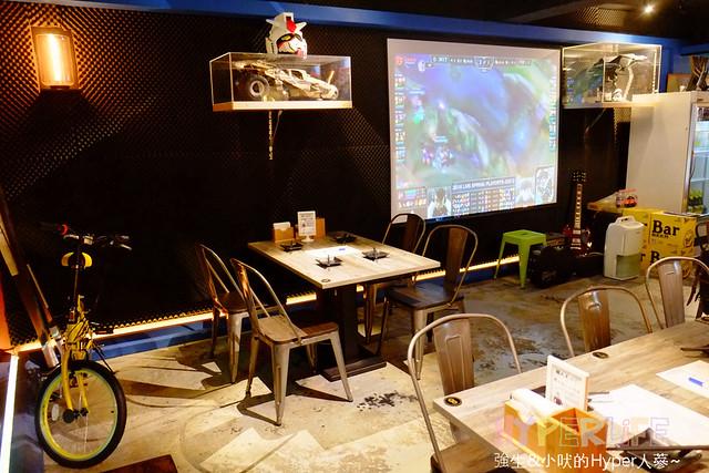 26589738195 408655c359 z - 【熱血採訪】結合電影公仔還有電子飛鏢可玩的好吃燒烤就在台中北區〈張燈結廬〉!還有厲害的現場調酒,店內也有大型投影觀看賽事就選這裡啦!