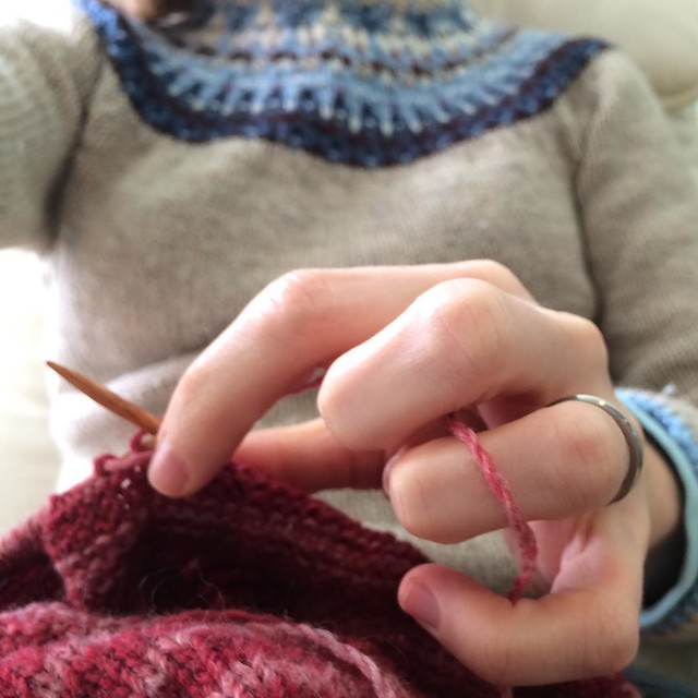 Since you can't really see this in the video due to the angle, here's how I hold the yarn in my left hand: tensioned over my ring finger, kinda hooked under my middle finger, then I use my pointer+thumb to guide the yarn around the needle.