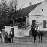 Die Eheleute Thöresz 1926 mit ihren 4 Söhnen, darunter Peter Thöresz auf dem Pferd, vor ihrem Anwesen in der Billeder Kirchengasse, Nr. 321.
