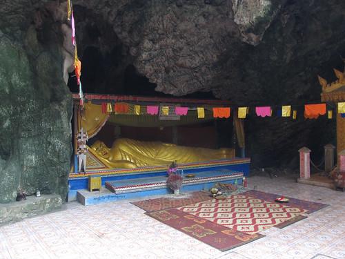 """La campagne de Battambang: """"sleeping bouddha"""" dans une des grottes de Phnom Sampeu"""