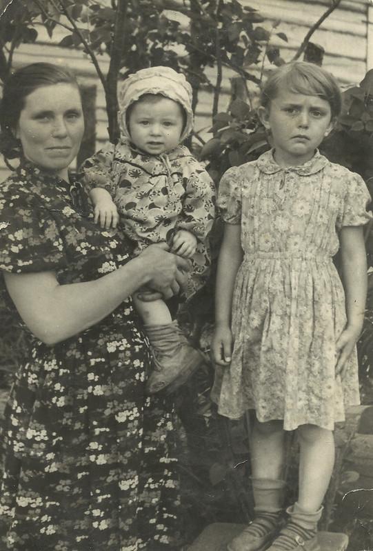 Мая бабуля Марыя Кузьмоўна Навічкова з дочкамі – Аленай і Святланай. Вёска Рудня-Гулева, прыблізна сярэдзіна 1960-х гг.