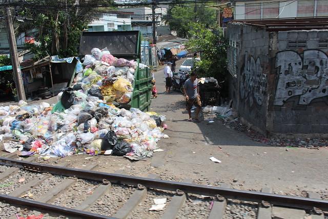 Afvalberg midden op straat