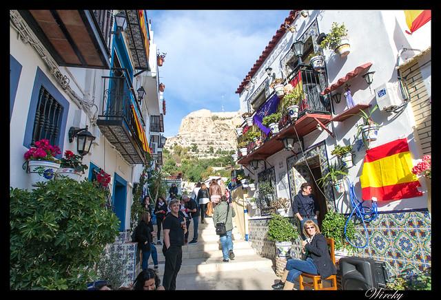 Procesión Santa Cruz Miércoles Santo Alicante - Casas blancas y balcones con flores