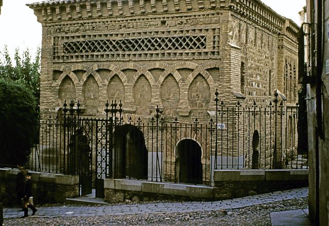 Mezquita del Cristo de la Luz en Toledo entre octubre y noviembre de 1960. Fotografías de Joseph Jacobson y Maria del Carmen Rivero Hernández .