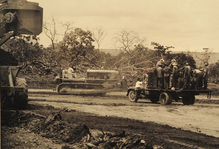 Máquinas pesadas e trabalhadores na construção da Capital Federal. Fotografia: Arquivo Público do Distrito Federal, ArPDF.