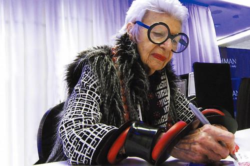 映画『アイリス・アプフェル!94歳のニューヨーカー』 より ©IRIS APFEL FILM, LLC