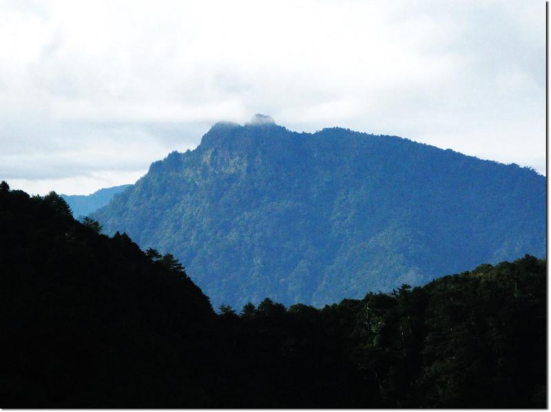 斯拉巴庫山頂南眺石山