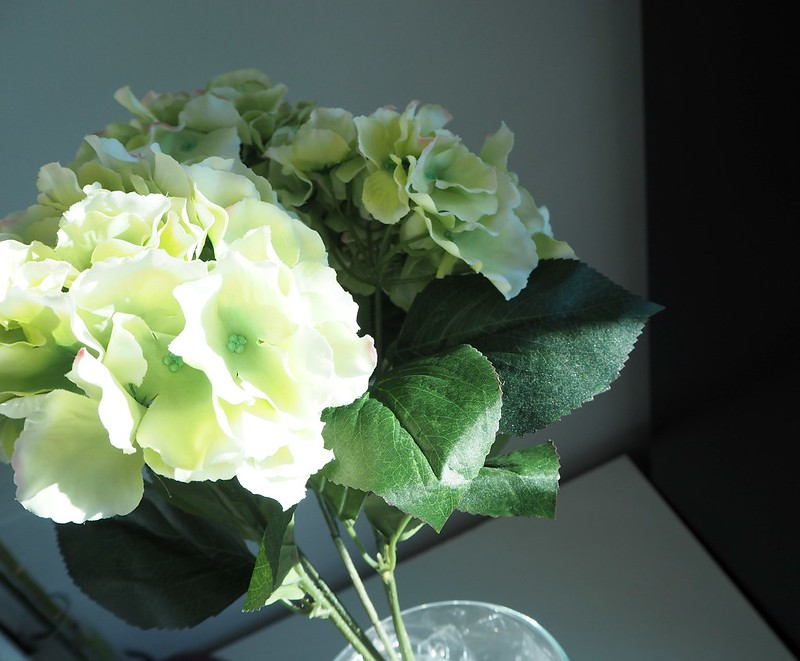 hortensiakimppuP2278545,hortensiakimppumaisonhelsinkiP2278530, vaalean vihreä, pale green, light green, hortensia, hydrangea, kukka kimppu, bouquet, maison helsinki, maison helsinki boutique, sisustus, decoration, kukat, flowers, kimppu, tekokukat, artificial flowers, laadukas, kaunis, lovely, bouquet of hydrangea, hortensia kimppu, hint of pink, decorate, home, sisustus, ostokset, shopping, inspiration, paketti, rusetti, kassi, maljakko, vase, sellofaani,