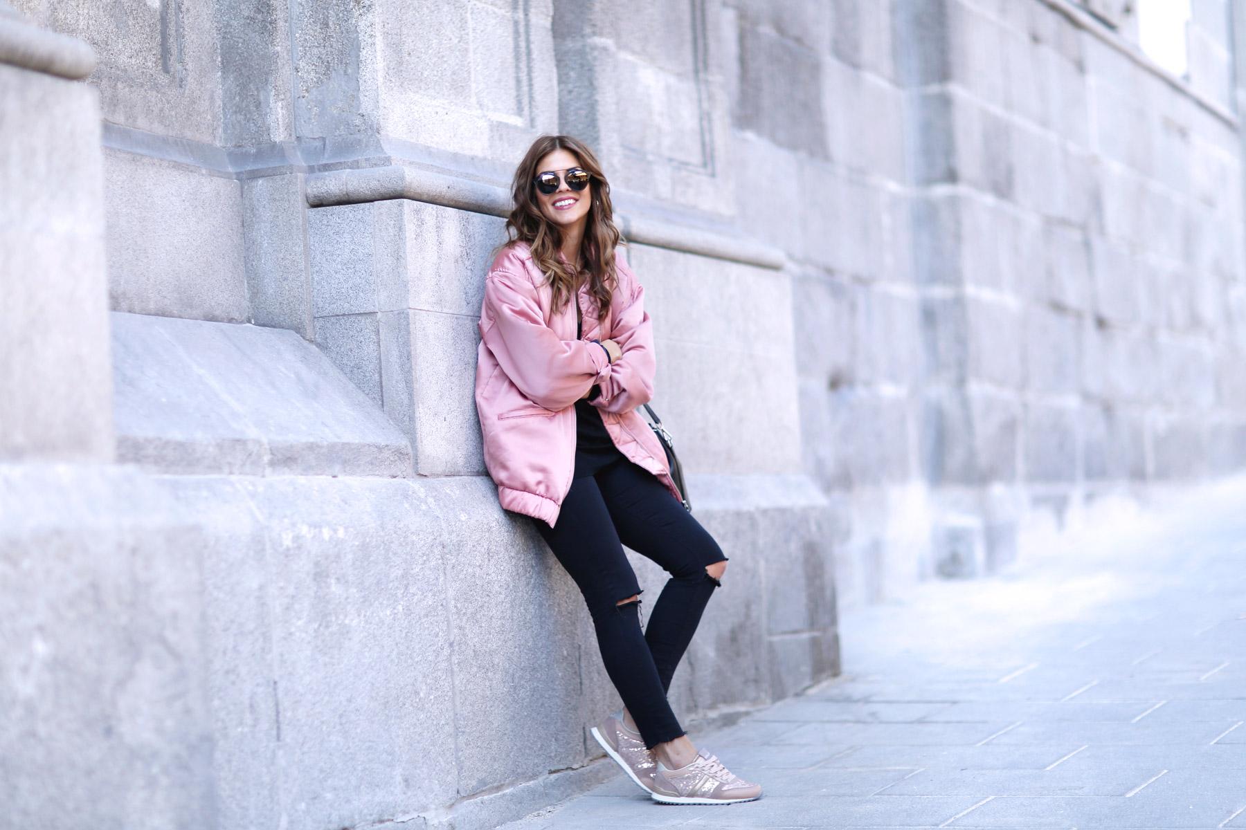 trendy-taste-look-street-style-otono-invierno-2016-bomber-rosa6
