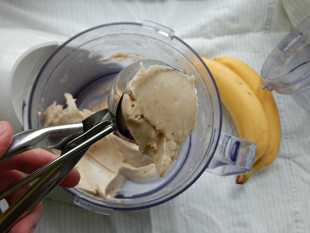 Как приготовить мороженое из бананов? Легко! Банановое мороженое - это необычный, вкусный, полезный десерт. По вкусу и детям и взрослым, готовится моментально, стоит недорого. В составе только бананы, ни капельки жира, ни грамма сахара. Сказка :) За инструкцией и пошаговыми фотографиями добро пожаловать в блог Хорошо.Громко.