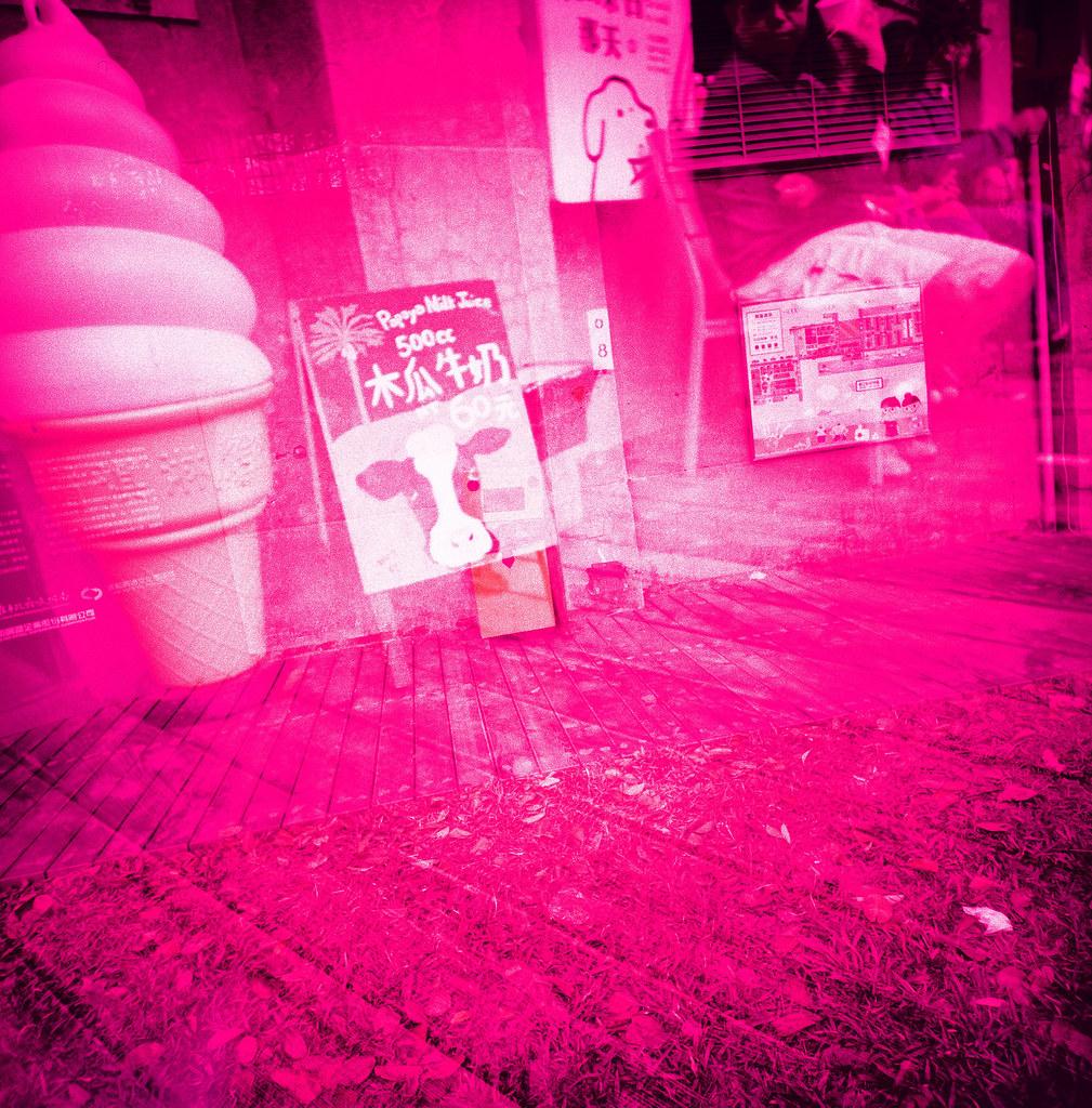 高雄 駁二 Kaohsiung, Taiwan E6 to C41 / FUJICHROME Velvia 100 / Lomo LC-A 120 RVP100 的桃紅好鮮豔!  桃紅到底是偏紫色比較多,還是偏粉紅色比較多。  不過我的眼睛真的可以分辨出這樣的差異嗎?  Lomo LC-A 120 FUJICHROME Velvia 100 120mm 2943-0006 2016-02-11 ~ 2016-04-04 Photo by Toomore