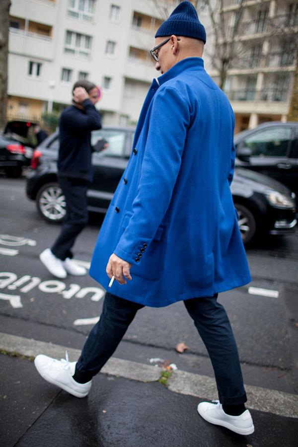 紺ニットキャップ×青ダブルブレストチェスターコート×紺リブパンツ×白ローカットスニーカー