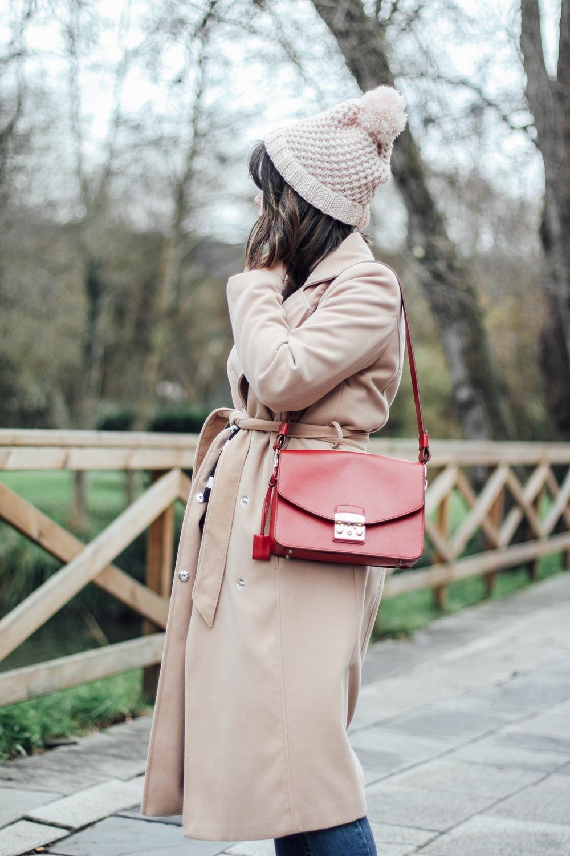 look de invierno con abrigo beige c&a