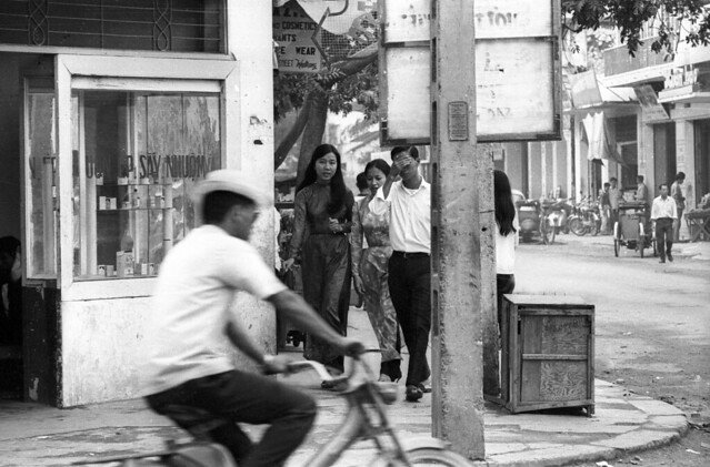 Nha Trang Street Scene 1968 - Photo by Kennk - Góc ngã tư Độc Lập - Nhà Thờ