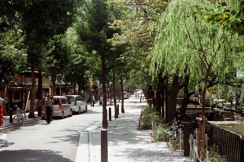 祇園四条 / Kodak ColorPlus / Nikon FM2 2015/09/27 在準備前往白川通的路上先去寺町通,那時候我記得天氣很好,前一天晚上還在下雨。  我記得我走了一段路,一路上有暖暖的陽光,慢慢的邊走邊拍。  現在想想,京都很適合悠閒的生活。  Nikon FM2 Nikon AI Nikkor 50mm f/1.4S Kodak ColorPlus ISO200 0985-0021 Photo by Toomore