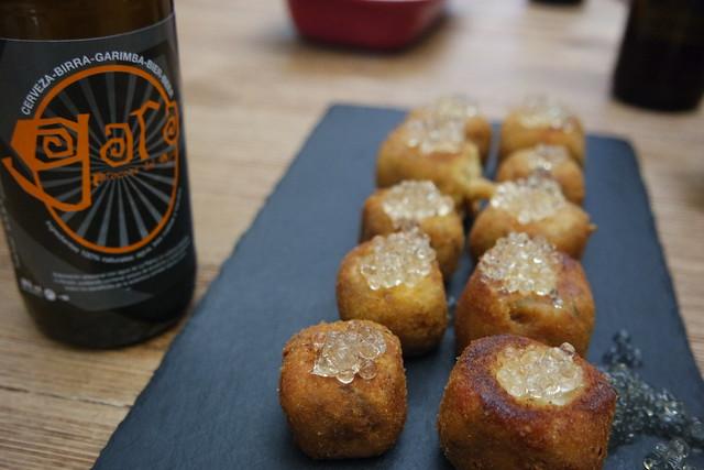 Cerveza Gara y croquetas de puchero
