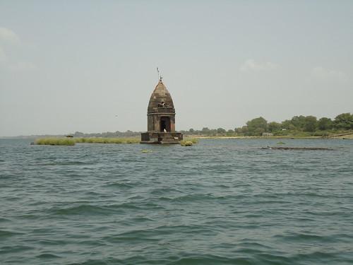 नर्मदा की गोद में प्राचीन शिव मंदिर