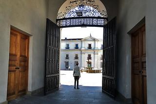 Santiago - Palacio La Moneda door soldier