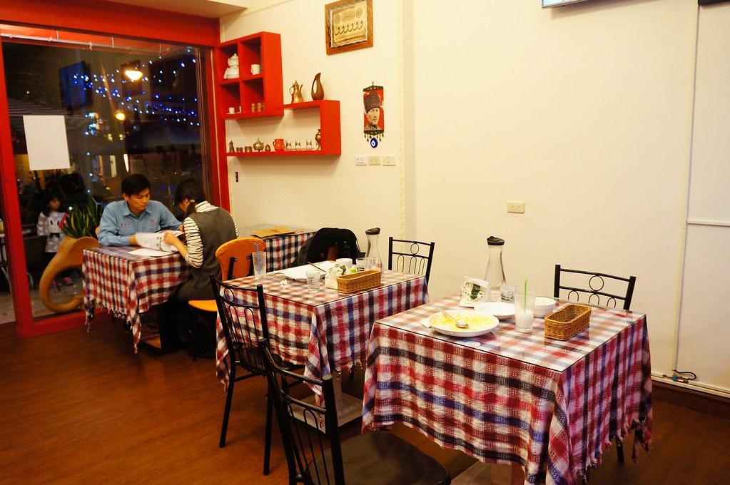 店內一景(由於來這邊二次用餐,一次白天,一次晚上,所以上一張照片是白天照的,而室內是晚上照的)
